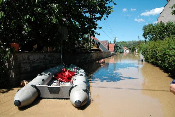 V zdobe zatopilo desiatky domov.Dielo skazy si na svojom majetku si niektorí obyvatelia boli pozrieť na člnoch ešte pred opadnutím veľkej vody.