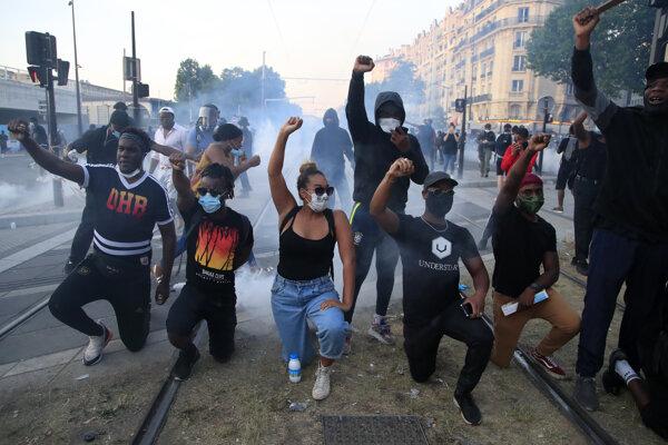 Francúzski demonštranti preberajú symboliku zo Spojených štátov.
