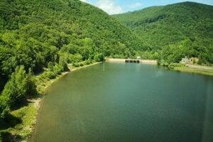 Vodná priehrada Ružín: Záber je z konca mája 2020. Pred desiatimi rokmi z nej museli vypúšťať masy vody.