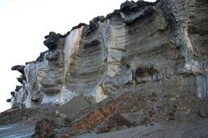 Na snímke erodované permafrostové pobrežie Mora Laptevovcov v oblasti Mostach, Mamonovyj klyk.