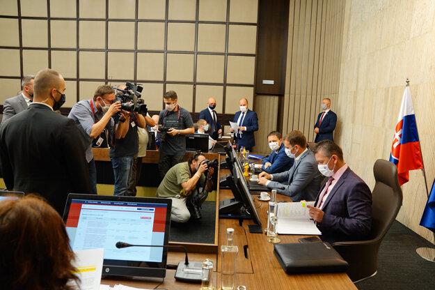 Atmosféra počas rokovania 23. schôdze vlády SR. Bratislava, 4. jún 2020.