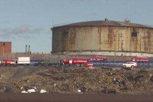 Zásobárne paliva, z ktorých zrejme pre rozmŕzajúci permafrost uniklo palivo.
