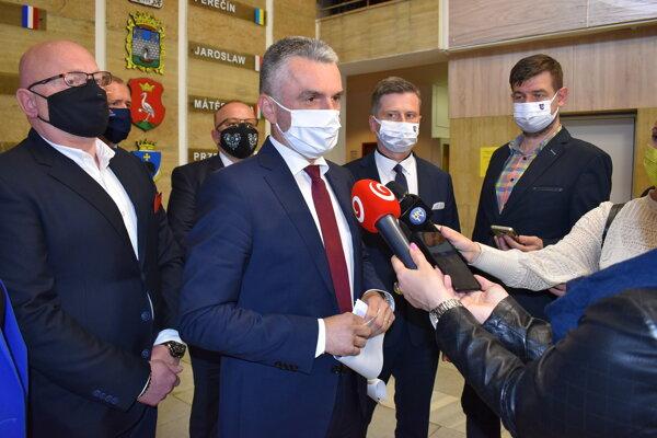 Štátny tajomník ministerstva dopravy Jaroslav Kmeť na brífingu na humenskej radnici s primátorom Milošom Meričkom.