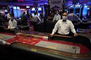 Krupiéri v ochranných rúškach čakajú na zákazníkov pred znovuotvorením hotela a kasína D Las Vegas 4. júna 2020 v Las Vegas.