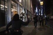 Polícia sa snažila na niektorých miestach zasahovať, ako v tomto prípade v New Yorku, často však nemala kapacity situáciu zvládnuť.