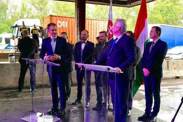 Matovič s maďarským vicepremiérom na hraničnom priechode.