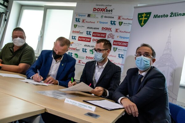 Zľava: mestský poslanec Peter Durmis, primátor Peter Fiabáne a noví majitelia Maroš Jakubek a Rastislav Chovanec pri podpise zmluvy o kúpe 100-percentého podielu akcií spoločnosti MsHK Žilina.