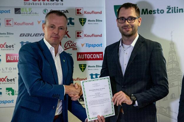 Primátor Žiliny Peter Fiabáne (vľavo) a Maroš Jakubek zo spoločnosti LUPIZA tesne po podpise zmluvy.