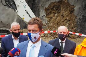 Zľava generálny riaditeľ Váhostav SK Marián Moravčík, minister dopravy Andrej Doležal a generálny riaditeľ TuCon Jozef Hric.