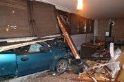Mazda skončila v bare, vodič v policajnej cele.