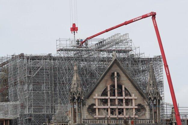 Pracovníci začínajú odstraňovať lešenie poškodené požiarom z katedrály Notre Dame v Paríži 8. júna 2020.