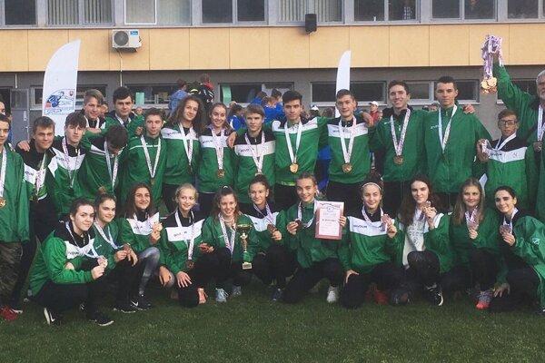 Žiacke družstvo AC Nové Zámky so svojimi trénermi po úspešnom vystúpení na pretekoch vBratislave.