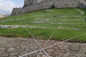 Pôdorys je ako čipka natiahnutá na dolnom nádvorí hradu.