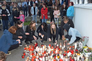 Turčania sa zíšli v areáli školy, aby si tichou spomienkou uctili pamiatku učiteľa Jaroslava Budza.
