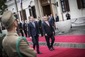 Maďarský premiér Viktor Orbán (vpravo) a slovenský premiér Igor Matovič počas prehliadky stráže v Budapešti.