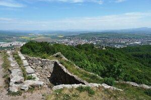 Pustý hrad. Veža vo východnej línii opevnenia Horného hradu  s Dolným hradom a do žlta sfarbenou Zvolenskou kotlinou v pozadí.
