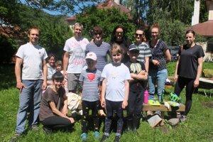 Skupina dobrovoľníkov sa pustila do úprav oddychovej zóny v Zechenterovej záhrade.