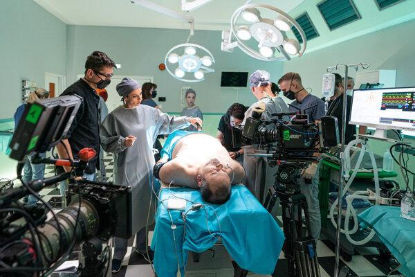 Pacient - minister obrany (Sväťo Malachovský) - na operačnom stole počas nakrúcania seriálu Ultimátum