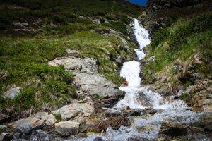 Šarafiov vodopád v lete po dažďoch.