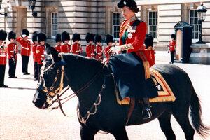 Britská kráľovná Alžbeta II. v dámskom sedle.