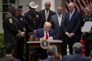 Americký prezident Donald Trump podpisuje policajnú reformu.