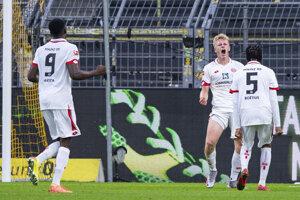 Na snímke druhý sprava útočník Mainzu Jonathan Burkardt oslavuje gól v zápase 32. kola nemeckej Bundesligy vo futbale Borussia Dortmund - 1. FSV Mainz 05.