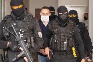 Kukláči privádzajú na pojednávanie Petra Paľova, obžalovaného z úkladnej vraždy mestského poslanca Mareka Rakovského.