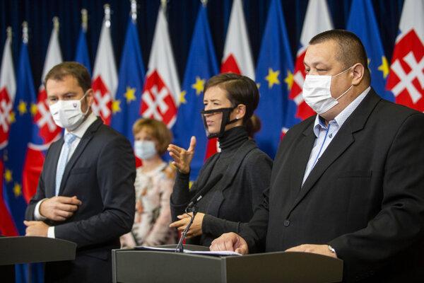 Predseda vlády SR Igor Matovič (OĽaNO) a vpravo hlavný hygienik SR Ján Mikas počas tlačovej konferencie k výsledkom aktuálneho rokovania konzília odborníkov.