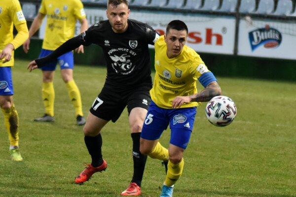 Stanislav Danko (vpravo) verí, že so spoluhráčmi sa konečne bude tešiť z výhry nad Ružomberkom.