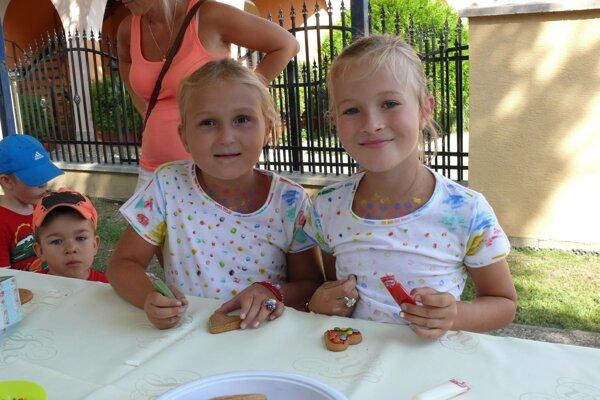 Biele tričká deti premenili na lentilkové modely.
