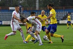 V Michalovciach to bol v nedeľu viac boj než futbal. Domáci si s Ružomberkom body podelili.