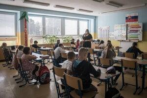 Už od 1. júna navštevujú školy žiaci prvého až piateho ročníka základných škôl a deti v materských školách.