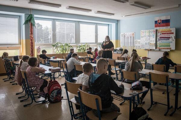 Žiaci sa vrátia do školských lavíc.