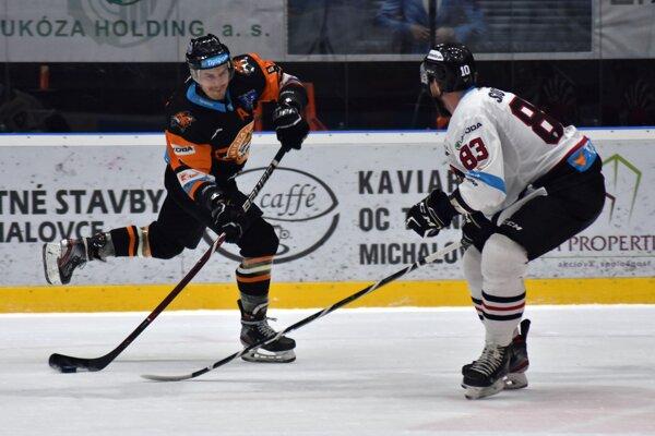 Mareka Mašlonku (vľavo) bráni Jordon Southorn. Od novej sezóny budú spoluhráčmi.