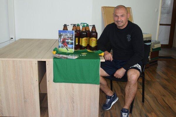 Róbert Machyna si v redakcii MY Žilinských novín prevzal svoju výhru za víťazstvo vtipovačke zameranej na futbalovú históriu.