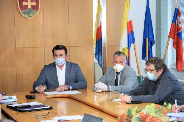Prednostovia okresných úradov počas koronakrízy viedli aj krízové štáby,  či bezpečnostné rady okresu. Za predsedníckym stolom sedí Marcel Maťovčík.
