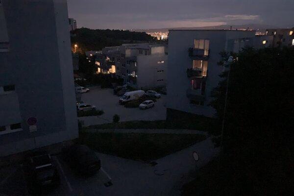 Nová štvrť sa ponorila do tmy, miestni sa obávajú kriminality.