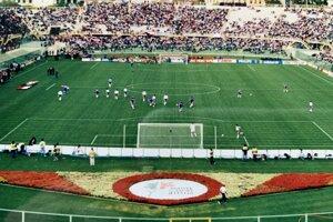 Pohľad spoza bránky na zápase Československo - USA na MS 1990 vo futbale.