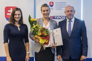 Anastasia Kuzminová prevzala ocenenie Slovenského olympijského a športového výboru od prezidenta SOŠV Antona Siekela a členky Medzinárodného olympijského výboru (MOV) Danky Bartekovej.