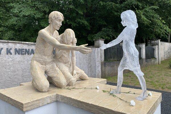 Pamätník a hrob pre nenarodené deti na cintoríne vo Svidníku.