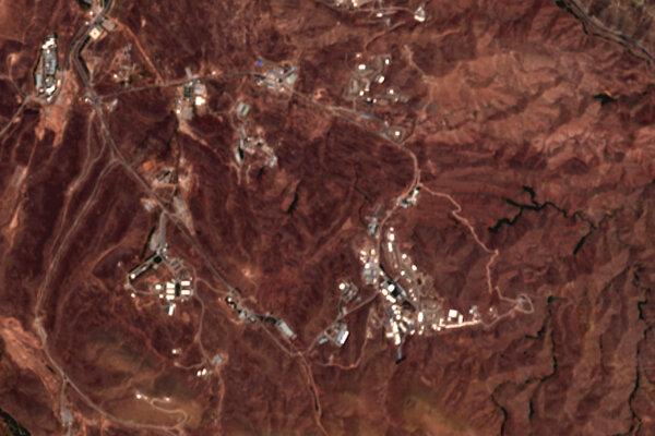 Snímky z družíc Sentinel-2 patriacich Európskej vesmírnej agentúre (ESA) z miest, kde malo prísť k výbuchu. Podľa analytikov sa v tejto lokalite nachádza podzemný tunelový systém, kde sa vyrábajú rakety.