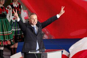 Úradujúci poľský prezident Andrzej Duda sa teší po víťazstve v prvom kole volieb.