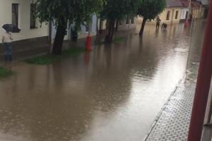 Cesty zaplavila voda z polí.