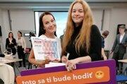 Úspešné študentky Nikola Sekerešová (vľavo) a Ema Bahledová.