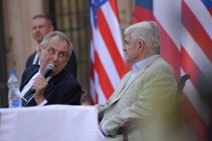 Prezident Zeman u veľvyslanca USA v Prahe Stephena Kinga pri príležitosti osláv 244. výročia Dňa nezávislosti.