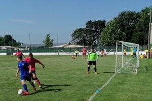 Záber zo zápasu vskupine medzi Tvrdošovcami (v červenom) aŠporňou. Mužstvá sa stretli aj vo finále.