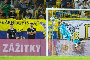 Na snímke brankár Dominik Greif (Slovan) chytá strelu na bránu.