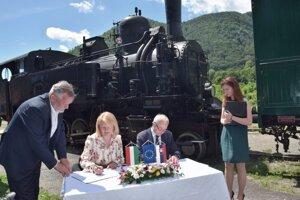 Podpis zmluvy o spolupráci medzi župami sa udial na stanici v Tisovci v blízkosti parnej lokomotívy, ktorá pamätá ešte časy v spoločnom štáte.