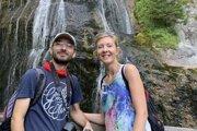 Dvojica Dominika Jalová a Ján Turčin pri vodopáde Wasserlochklamm v Rakúsku.
