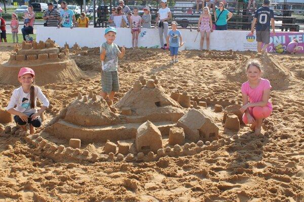Stavanie hradov z piesku.